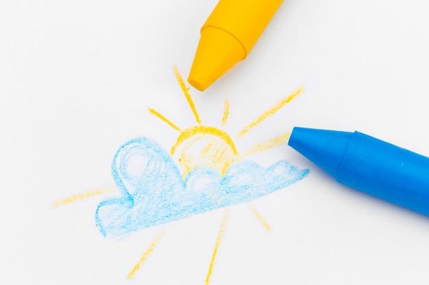 色のワックス鉛筆で子供の絵をクローズアップ Premium写真