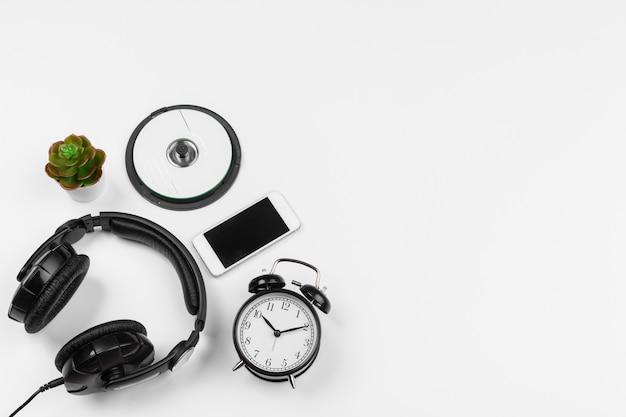 ヘッドフォンと白い背景で隔離の目覚まし時計。上面図 Premium写真