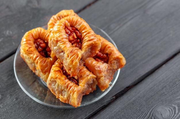 Традиционная пахлава на деревянном столе Premium Фотографии