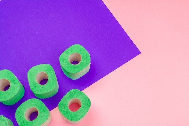 Зеленый рулон туалетной бумаги на фоне вид сверху яркий цвет блока Premium Фотографии