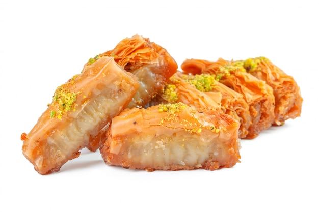 Турецкий десерт рамадан пахлава, изолированные на белом Premium Фотографии