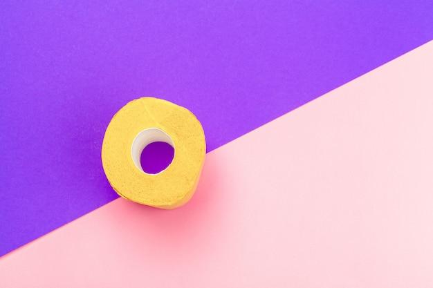 Желтый рулон туалетной бумаги на фоне вид сверху яркий цвет блока Premium Фотографии