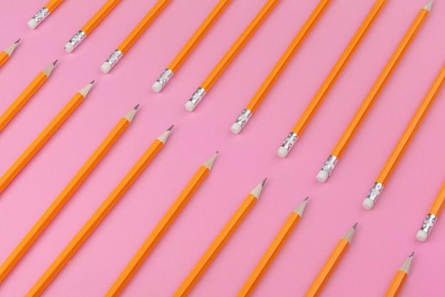 Карандаш карандаш на ярко-розовом фоне. концепция искусства Premium Фотографии