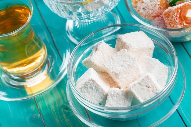 Различные кусочки лукум и черный чай Premium Фотографии