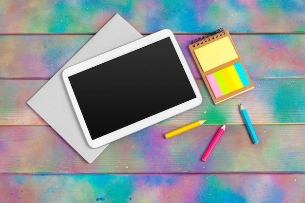 Современная пустая цифровая таблетка с бумагами и ручка на деревянном поверхностном столе. Premium Фотографии