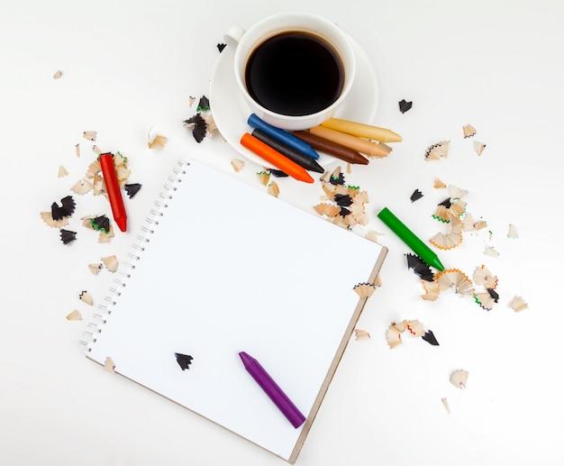 コーヒーカップと鉛筆削りのとがった鉛筆 Premium写真