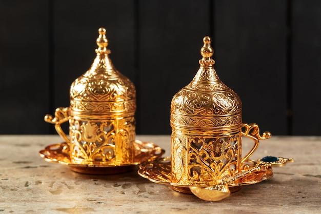 Турецкий кофе на столе Premium Фотографии