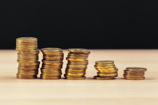 作業テーブル上のコインの山 Premium写真