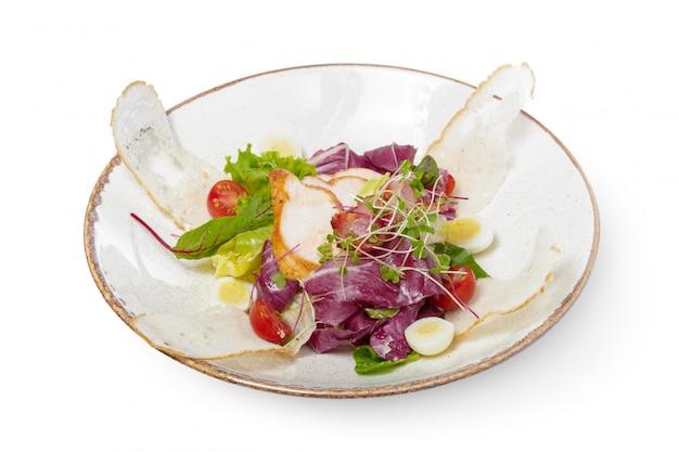 白い皿に鶏肉のサラダ Premium写真