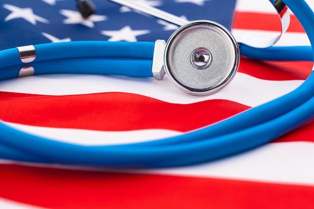Стетоскоп на американском национальном флаге, крупный план Premium Фотографии