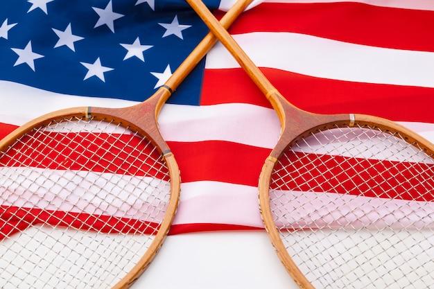 テニスラケットとアメリカの国旗。 Premium写真