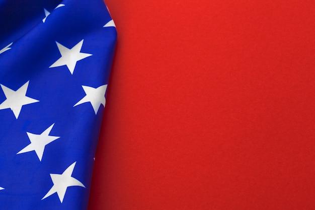 赤の背景にアメリカの国旗 Premium写真