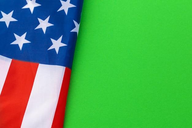 緑の背景に対してアメリカの国旗 Premium写真