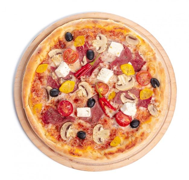 分離された木製の表面プレートで美味しいピザ Premium写真