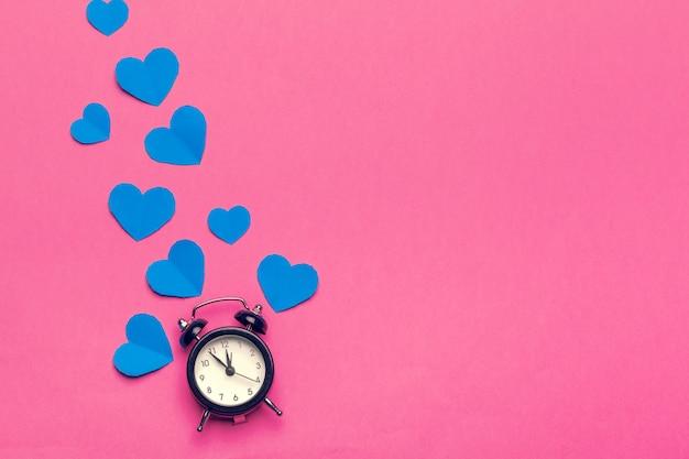目覚まし時計と色の心。 Premium写真