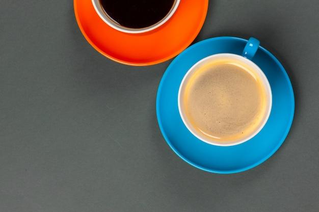 コーヒータイム。コーヒーカップの明るい色の組成 Premium写真
