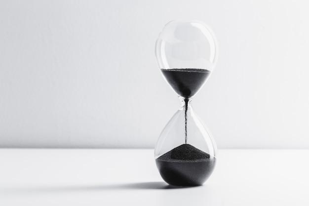 テーブルの砂時計を閉じる Premium写真