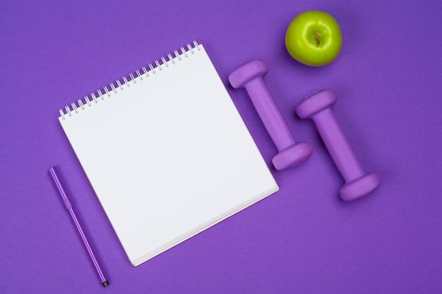 紫のジム機器ダンベルを使用してクリップボード Premium写真