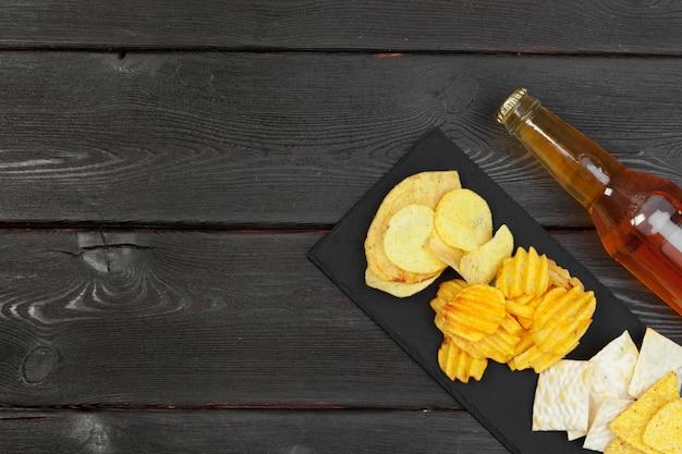 Лагер пиво и закуски на деревянный стол. Premium Фотографии