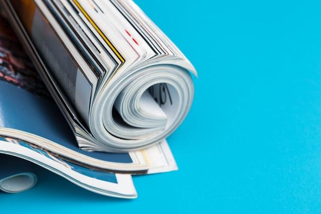 巻かれたページを持つ光沢のある雑誌 Premium写真