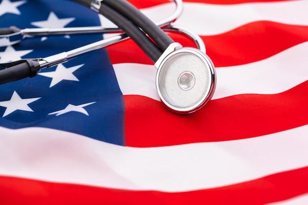 Стетоскоп на американском национальном флаге Premium Фотографии