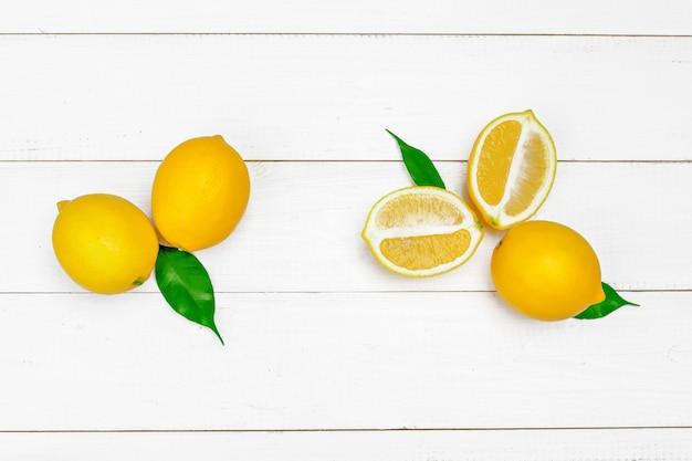 木製のテーブルに新鮮なレモン。 Premium写真