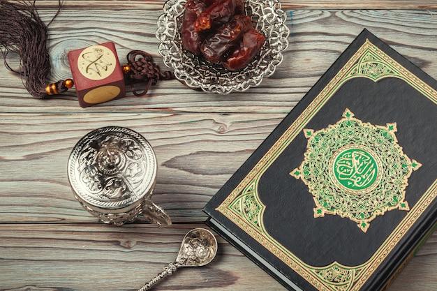 テーブルトップの装飾ラマダンカリームの休日。コーランの聖典 Premium写真