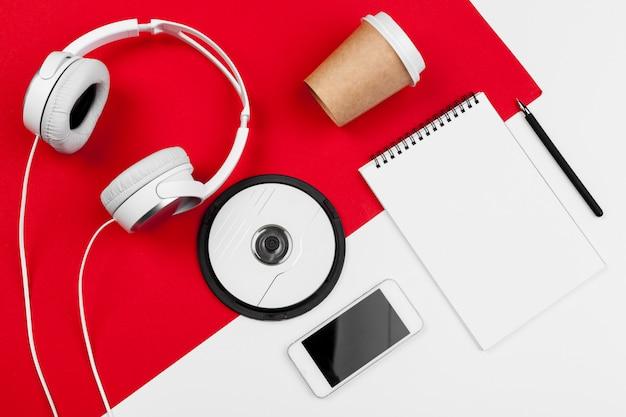 赤と白の色のコード付きヘッドフォン Premium写真