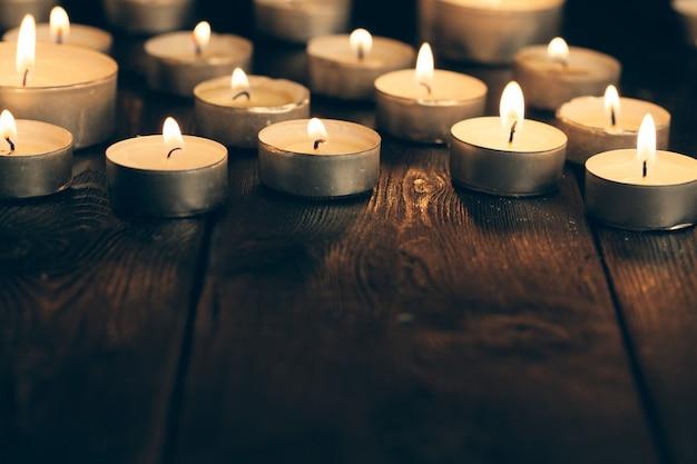 Свечи в темноте. поминальная концепция. Premium Фотографии