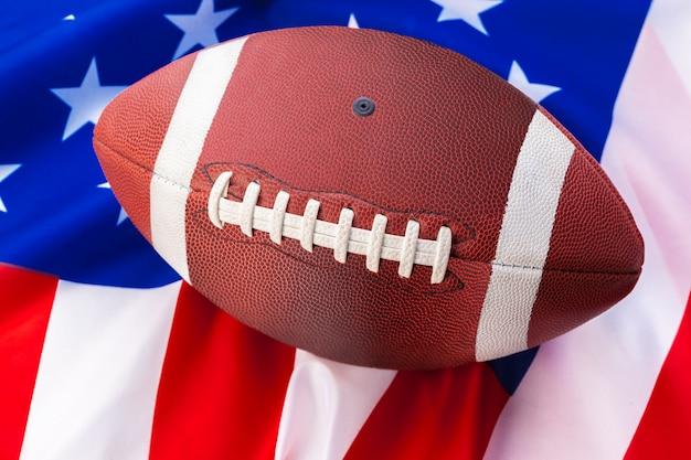 アメリカの古い栄光の旗のアメリカンフットボール Premium写真
