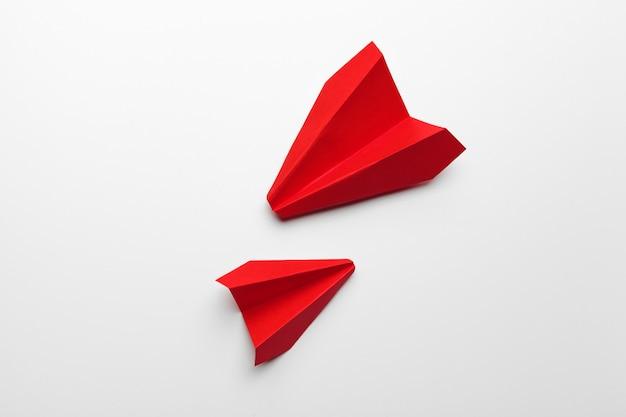 Красная бумага оригами самолет. транспортная и бизнес концепция Premium Фотографии