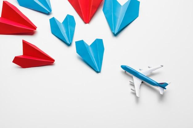 Красные и синие бумажные самолетики. концепции лидерства и деловой конкуренции Premium Фотографии