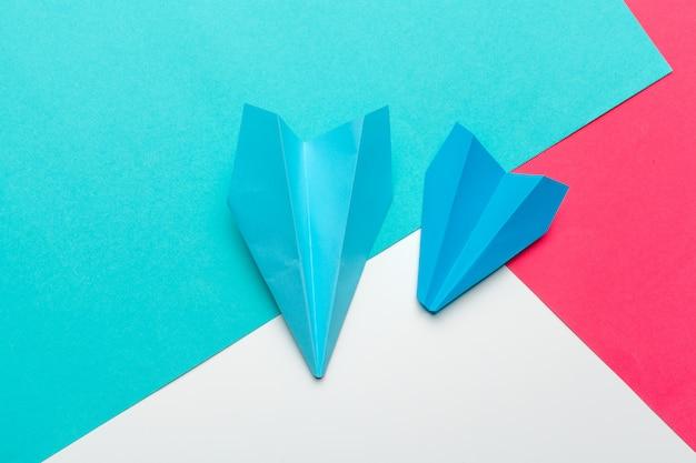 Бизнес лидерство, финансовая концепция. синий бумажный самолет Premium Фотографии