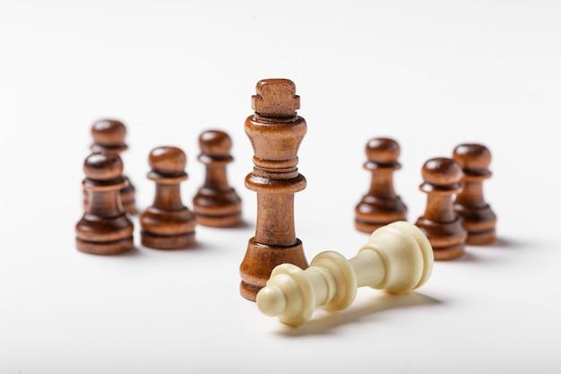 白で隔離されるチェス Premium写真