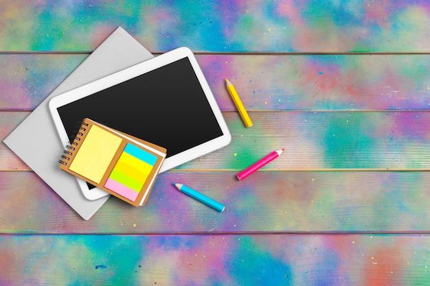 Современная пустая цифровая таблетка с бумагами и ручка на деревянном столе. вид сверху. высокое качество Premium Фотографии