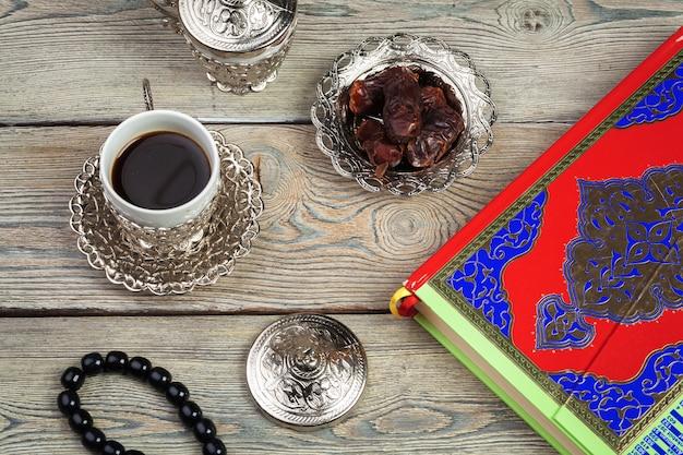 装飾ラマダンカリーム休日のテーブルトップビューの空中画像。平置き Premium写真