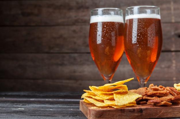 グラスビールとスナック Premium写真