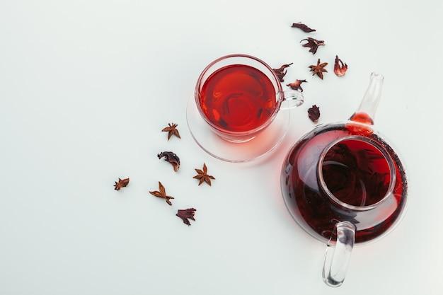 お茶とティーポットのカップはテーブルトップビューの上に立つ Premium写真