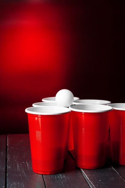 テーブルの上のゲームビールポンのカップ Premium写真