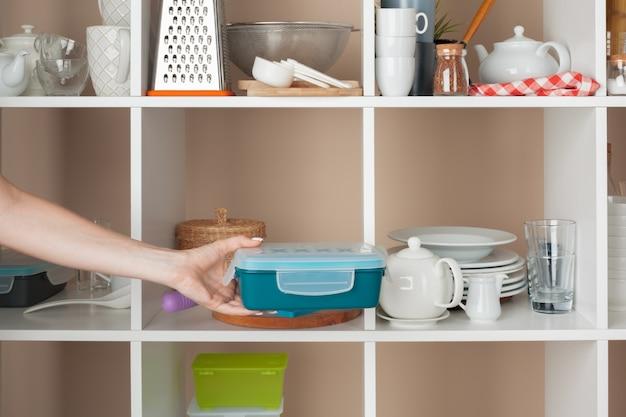食器片を取る女性の手 Premium写真