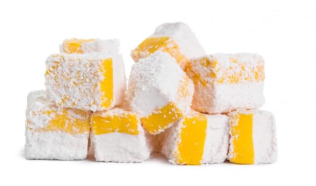Вкусное рахат-лукум, изолированное на белом Premium Фотографии