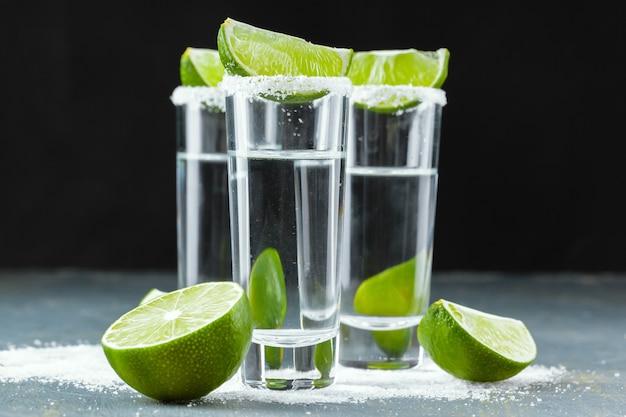Мексиканская текила в коротких стаканах с лаймом и солью Premium Фотографии
