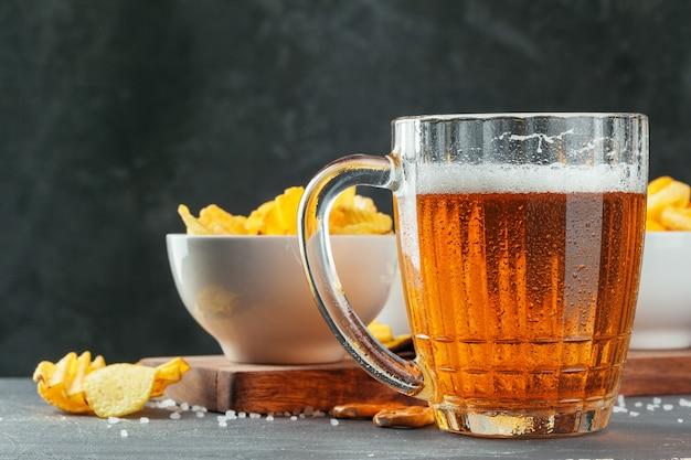 石のテーブルでラガービールとスナック Premium写真