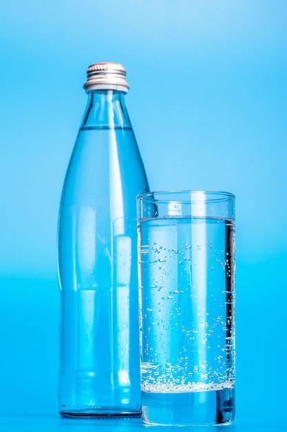水色のガラスの水のボトル Premium写真