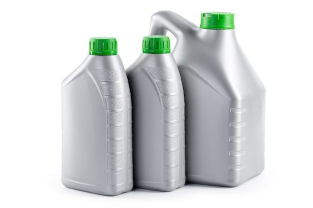 Пластиковые бутылки от автомобильных масел, изолированные на белом Premium Фотографии