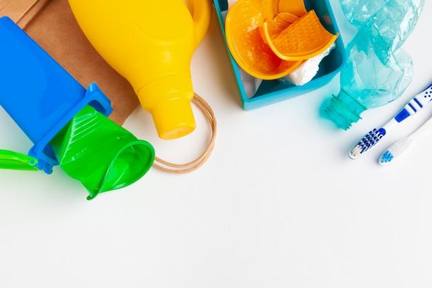 リサイクルと異なるゴミ材料の平面図 Premium写真