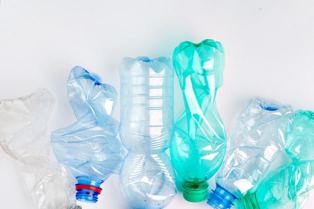 Пустые красочные пластиковые бутылки - это отходы, пригодные для переработки Premium Фотографии