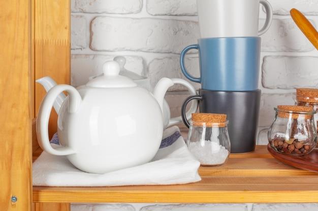 木製の棚に台所用品と食器 Premium写真
