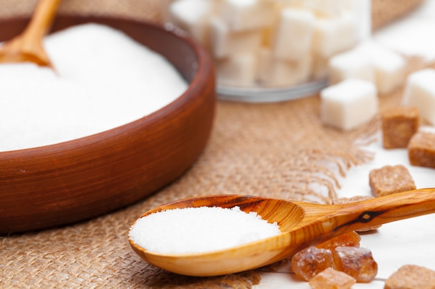 白砂糖で装飾的なスプーン Premium写真