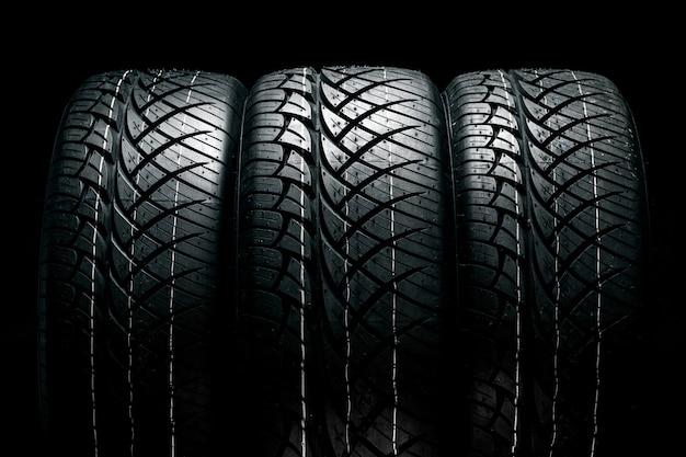 黒のプロファイルのクローズアップと車のタイヤの行 Premium写真